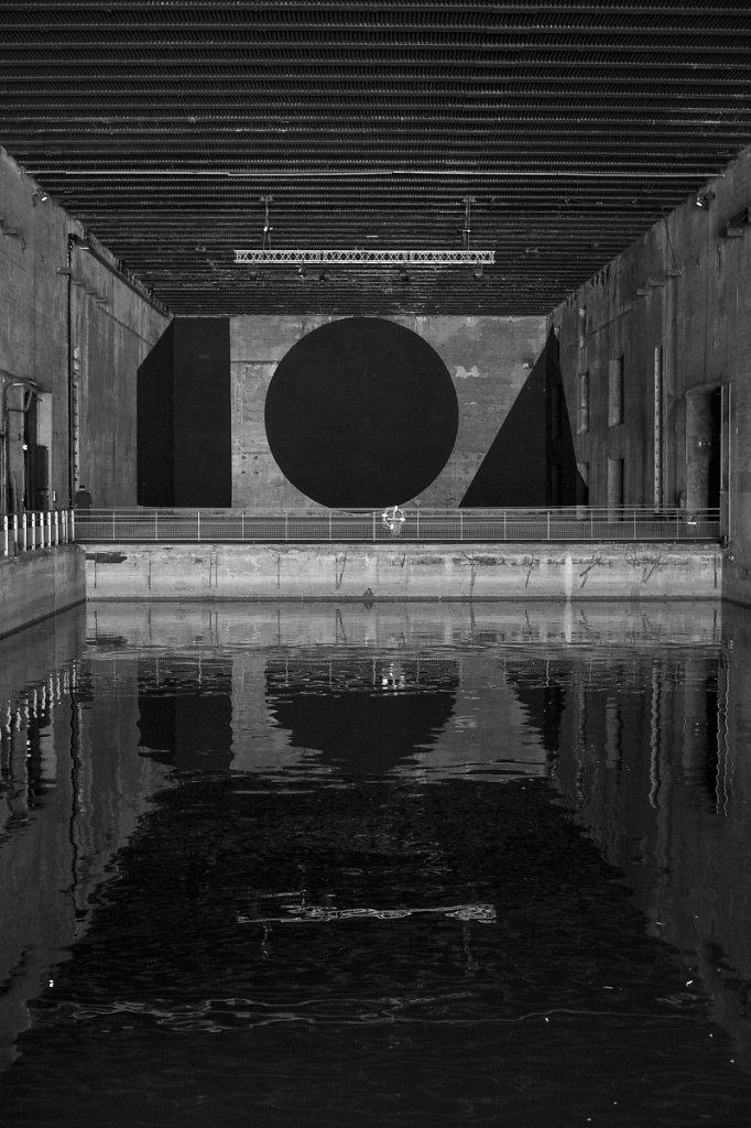 Photo 01 - Installation de Georges Rousse sur le mur du fond